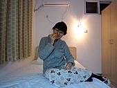 北京235民宿:坐在床上吃柿子