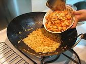炒泡麵聚會:麵炒好了,配料下鍋