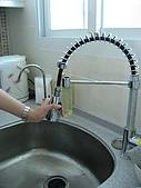 2008 新家照:廚房水槽的水龍頭~是可以拉出來沖水的喔