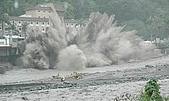 莫拉克颱風 水沖知本溫泉 金帥飯店倒塌:200908091138-09.jpg