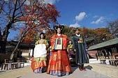 未分類相簿:韓劇,尤其是古裝韓劇如《大長今》的大賣,使得韓國文化產業風行全球。圖為穿著傳統韓國宮廷服飾的模特兒。攝影
