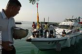 菊島風情-澎湖風俗文化:阿伯也收穫不少,安全帽都拿出來接!