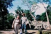 吳哥窟之旅(2005.09.21):終於看到宮殿了!有點累的爺爺 奶奶