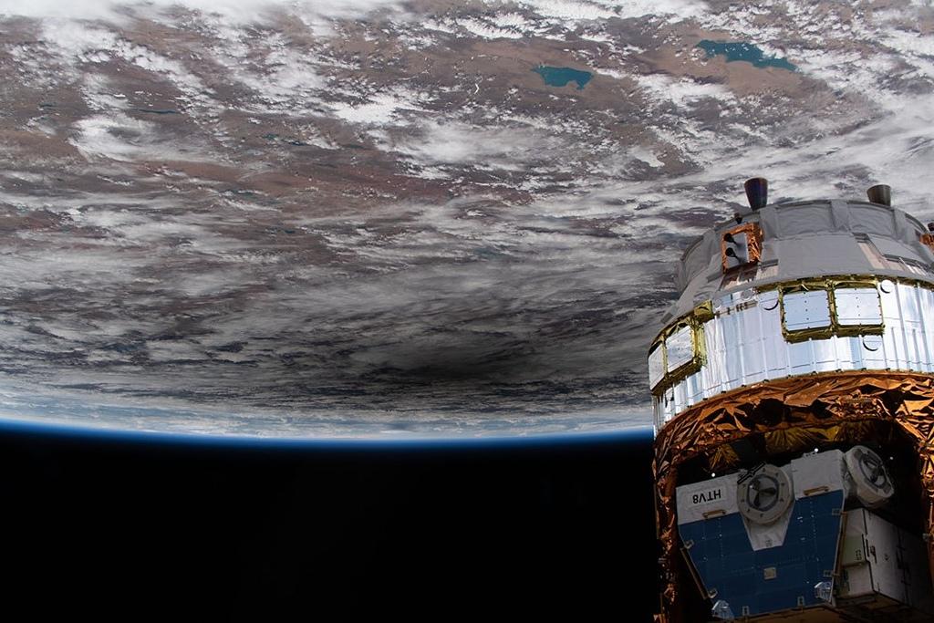 宇宙太空 Universe:國際太空站下方的月影 iss063e031761_June2020ase-1.jpg