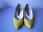 sell:黃色真皮尖頭低跟鞋