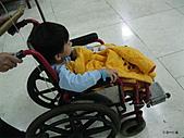 元元生活專輯:元元生病了醫生叔叔說要打著點滴。坐輪椅要出去。.JPG