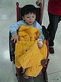 元元生活專輯:元元生病了醫生叔叔說要打著點滴。坐輪椅要出去2.JPG