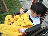 元元生活專輯:元元生病了醫生叔叔說要打著點滴。坐輪椅要出去3.JPG