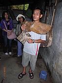 宜蘭九寮溪生態解說2008.11.01:阿雄穿著獸皮製成的「雨衣」(毛面朝內)