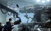 顛倒世界:201209121236027_【顛倒世界】結合綠幕和打造場景拍攝,吉姆吊鋼絲辛苦拍攝.jpg