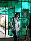 2008 india trip:Cannie@cable car stop@Gun Hill.JPG